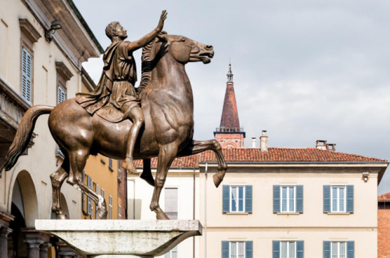 Sun King's equestrian statue, Monuments Pavia